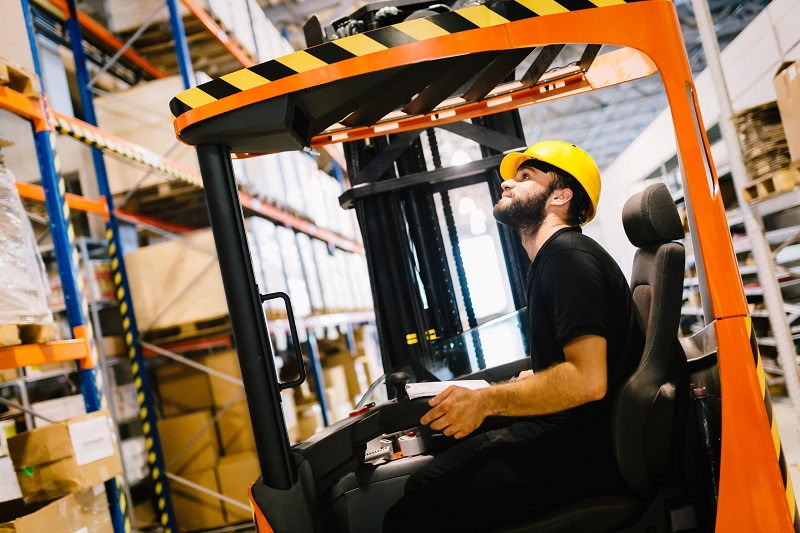 Jakie uprawnienia musi posiadać operator wózków widłowych?